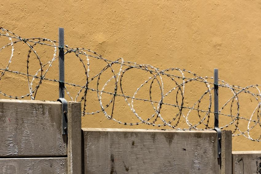 Mauer, Stacheldraht, Symbolbild